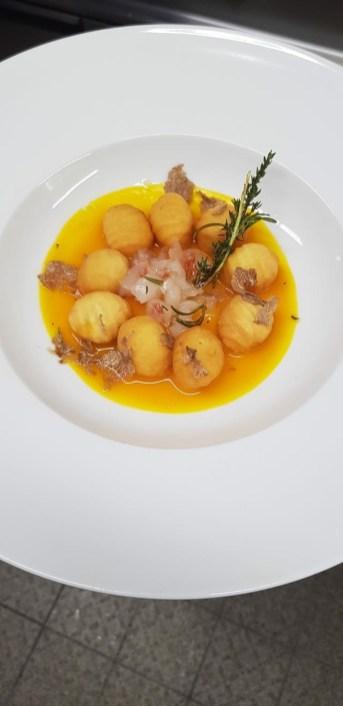 Giuseppe Mammolito: Gnocchi fritti su crema di zucca tartufo bianco e battuta di gambero aglio timo e rosmarino
