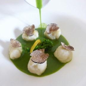 Adriana Fasto: Gnocchi di seppia, mozzarella di bufala e semola con colatura di cime di rape e latte di bufala, limone caramellato e tartufo nero