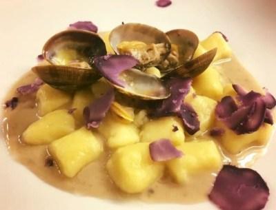Gianna Gio: Gnocchi con vongole crema di pane olive capperi acciughe con petali di patate viola