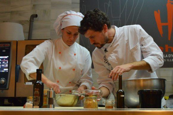 Iñigo Rodríguez cocina con la ayuda de una alumna de la EHIB