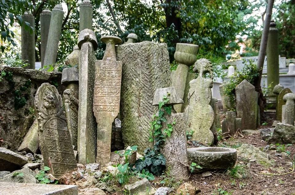 lapidi nel cimitero Karacaahmet Mezarlığı a istanbul