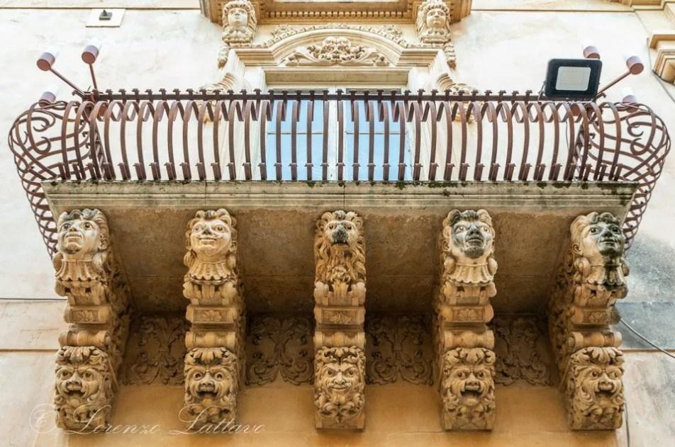 figure del balcone barocco a noto