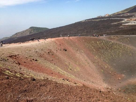 passeggiata sul ciglio del cratere dell'etna
