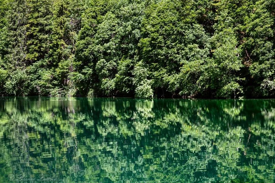 riflessi al lago di tovel in trentino