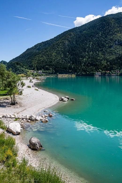 il turchese del lago di molveno dal sentiero