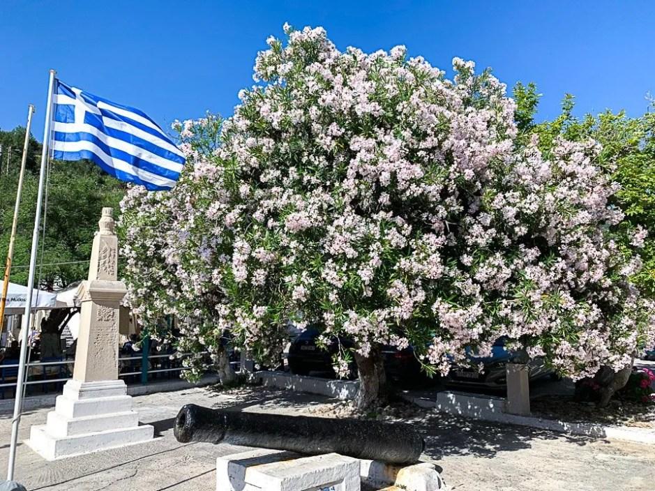 bandiera della grecia nella piazzetta di assos a cefalonia