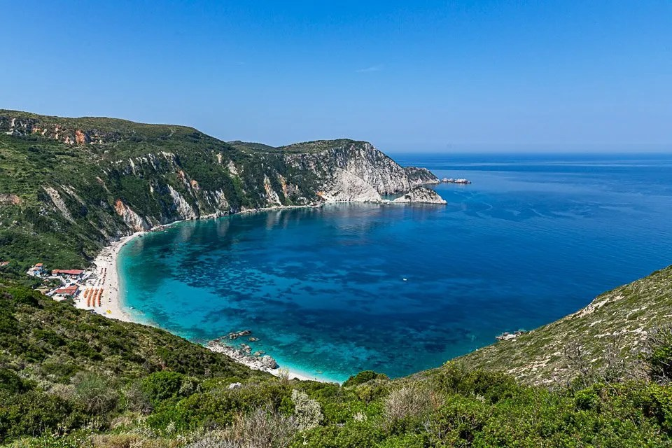 panorama sulla baia della spiaggia di petani a cefalonia