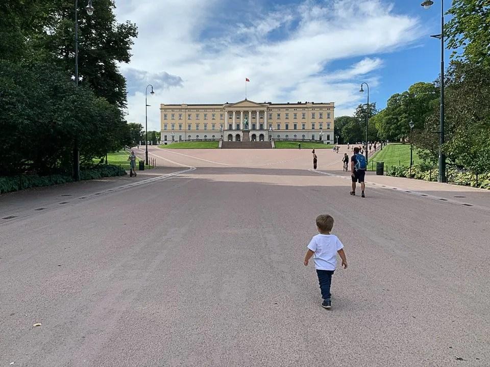 Che il viaggio abbia inizio, palazzo reale