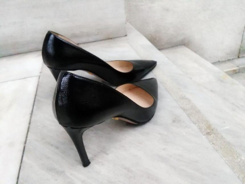 prada saffiano black pumps