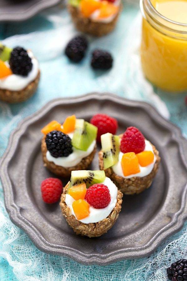 These NO-BAKE fruit tarts are a healthy, portable breakfast that are packed with nutritious ingredients!