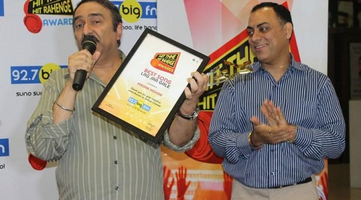 Sanjeev Kohli with the Hit The Hit Rahenge Trophy and National programming head, RBNL, Mr. Atul Razdan