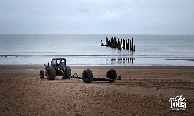 Tractor en la playa Monte Hermoso