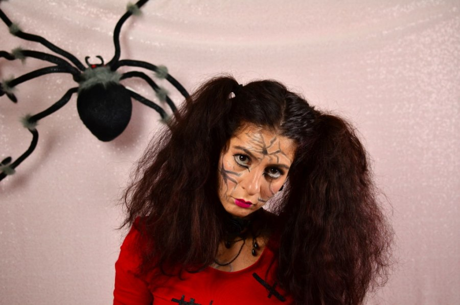 2 minutes Halloween hair tutorial-two ponytails for a broken doll look