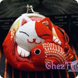 porte monnaie - chat japonais maneki neko rouge avec carpe rouge - www.chezfee.com