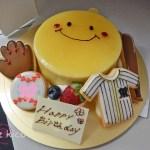 デコレーションケーキにのせたアイシングクッキー