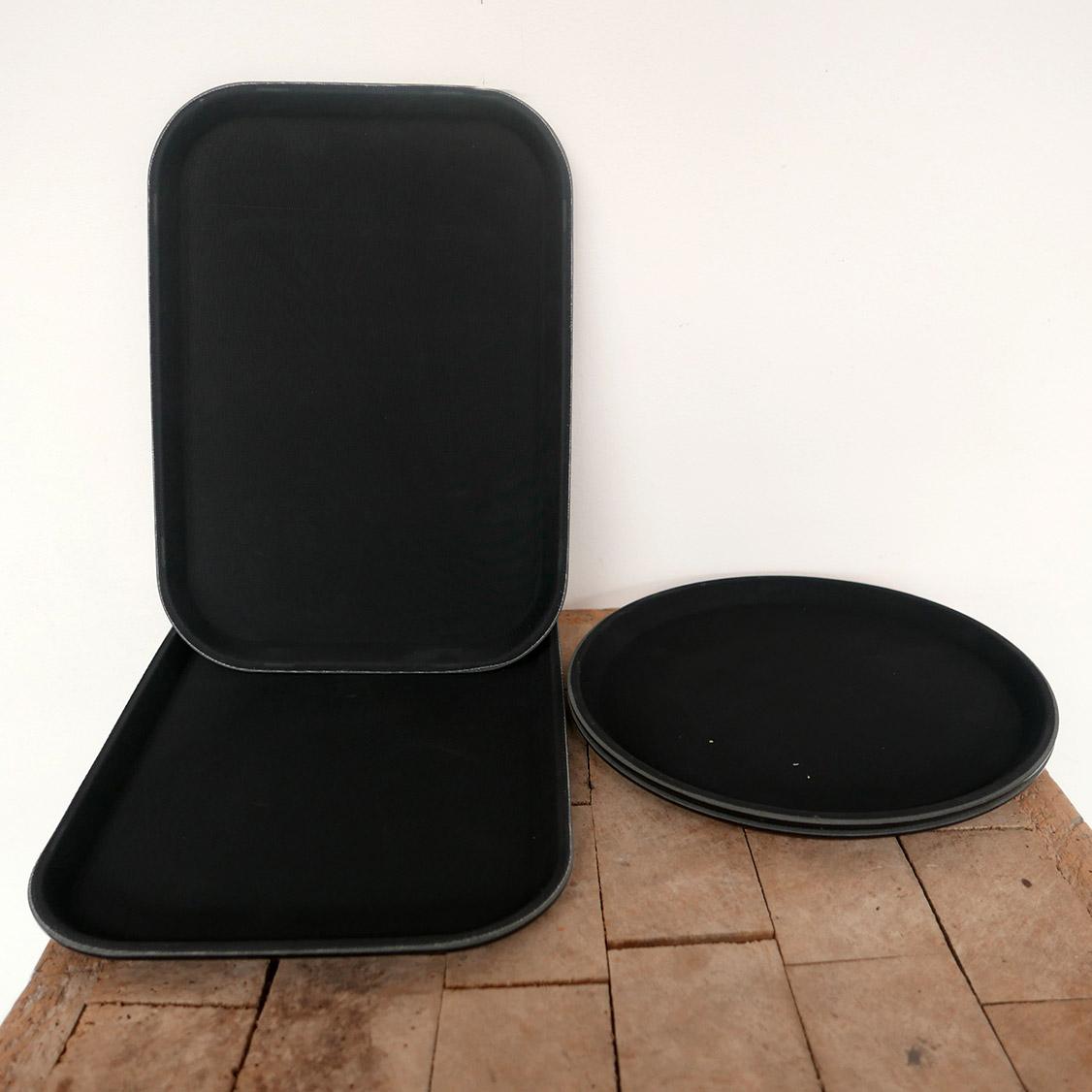 Plateau noir antidrapant en plastique rond rectangle pratique