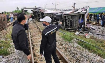 รถไฟชนรถบัสโดยสาร ฉะเชิงเทราเสียชีวิต 18
