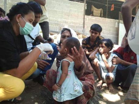 Rohingya boat people getting aide from Thai Officials
