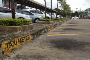 A parking area at Chiang Mai airport reserved for metered taxis of Nakhon Lanna Cooperative is empty as drivers continue their protest against the concession holder. (Photo by Cheewin Sattha)