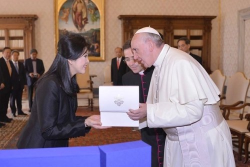 Pope Francis and Thai Prime Minster Yingluck Shinawatra discuss a gift during a private audience at the Vatican on Thursday. Photo from PM's Facebook page