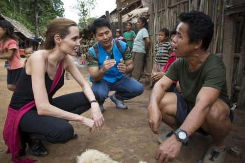 Angelina Jolie chats with a Karenni refugee at the Ban Mai Nai Soi refugee camp in Mae Hong Son on Friday. (AFP/UNHCR/Roger Arnold photo) Please credit and share this article with others using this link:http://www.bangkokpost.com/news/local/416622/jolie-delivers-plea-for-refugees. View our policies at http://goo.gl/9HgTd and http://goo.gl/ou6Ip. © Post Publishing PCL. All rights reserved.