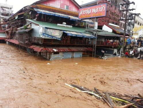 The level of the Mae Sai River running past the Mae Sai-Tachileik border in Chiang Rai province was reported to be increasing rapidly until the river finally burst its banks at around 3 am.