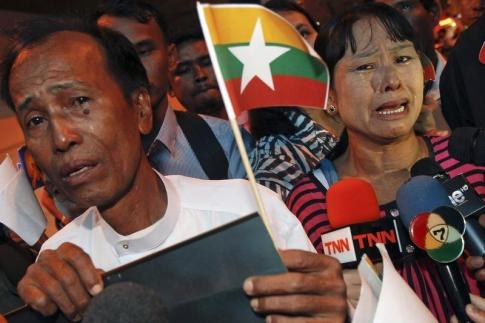 Tun Tun Htike (L) and May Thein, parents of Win Zaw Htun, one of two Myanmar workers accused of killing British tourists, cry as they speak to reporters after arriving in Bangkok October 22, 2014