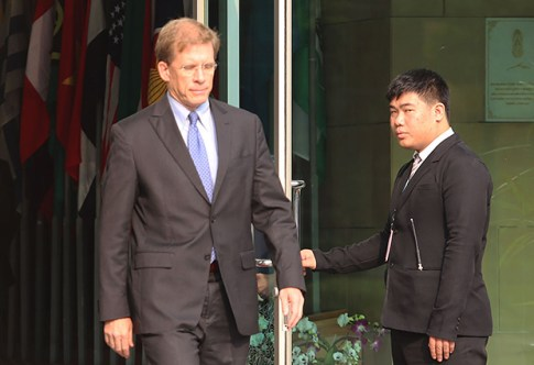 W. Patrick Murphy, the US charge d' affaires, leaves the Foreign Ministry after a meeting Wednesday with Deputy Minister Don Poramut