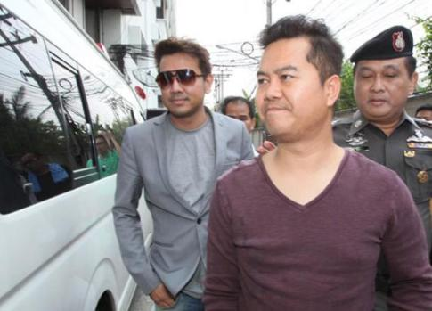 Two of the four arrested UFun executives, Pol Sub Lt Rittidej Warong, right, and Apichanat Sankla, are taken to court following their arrest on Friday. (Photo by Apichit Jinakul)