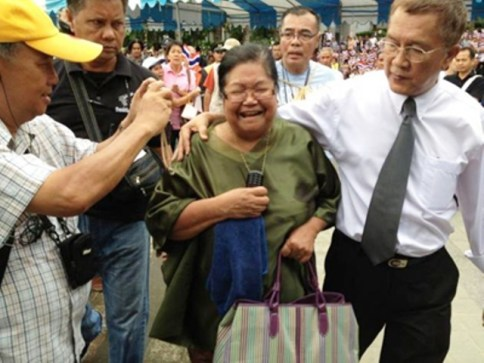 Thitinand Kaewchantranond, 65, was arrested after she reacted angrily to a Constitutional Court verdict in July 2012 that prevented the Pheu Thai-led government from amending the 2007 constitution.