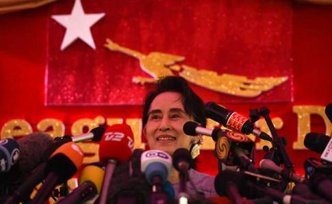 Myanmar opposition leader Aung San Suu Kyi speaks at a press conference from her residential compund in Yangon on November 5, 2015. (AFP)