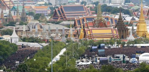 Mourners gather outside of the Grand Palace to sing the royal anthem in honour of Thailand's late King Bhumibol Adulyadej in Bangkok, Thailand, October 22, 2016. REUTERS/Athit Perawongmetha