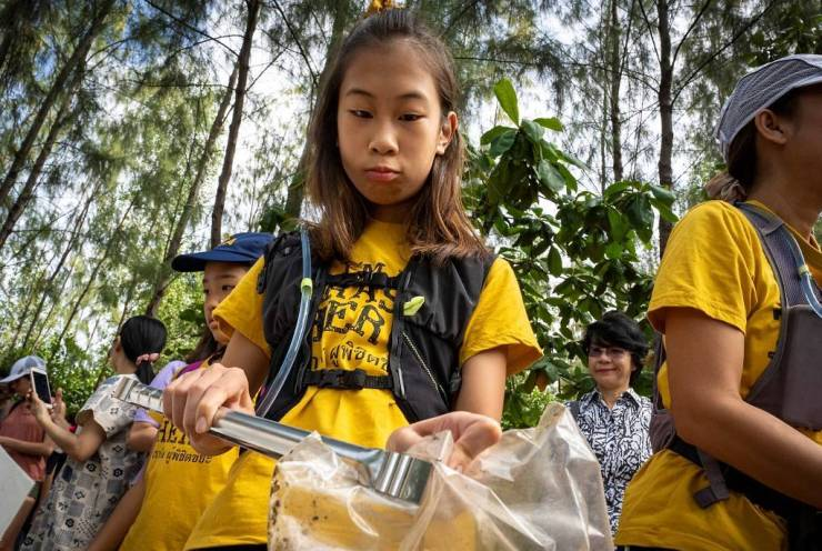 """12-Year-old Girl Wages """"War on Plastic Waste"""" in Thailand"""