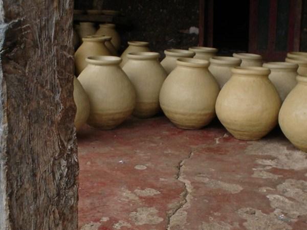En los corredores de las casas de Amatenango se observan las piezas frescas de barro.
