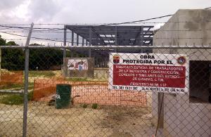 Cuando la obra avanzaba un nuevo conflicto se registró, el terreno está en litigio. Por ello ahora, la idea del Polidepotivo se ha esfumado y con ello también los más de 50 millones de pesos. Foto: Isaín Mandujano/Chiapas PARALELO