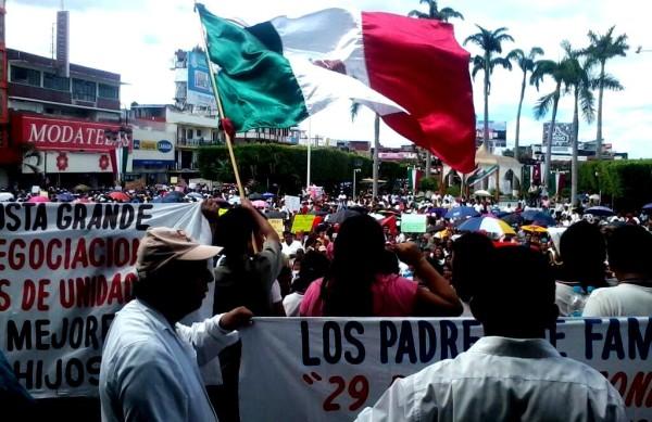 En Tapachula, miles de padres de familia salieron a las calles para apoyar el movimiento magisterial. Foto: @Pululo/Chiapas PARALELO