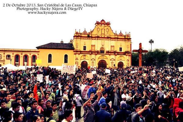 Mitin de maestros, padres de familia, normalistas y universitarios en San Cristóbal de Las Casas. Foto Hackky Nájera/Chiapas PARALELO