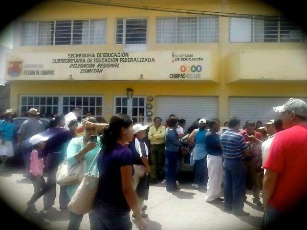 En Comitán maestros mantienen tomada instalación de la SEP, para exigir al gobierno del estado su pago correspondiente a la quincena del 30 de septiembre. Foto: Fredy Martín
