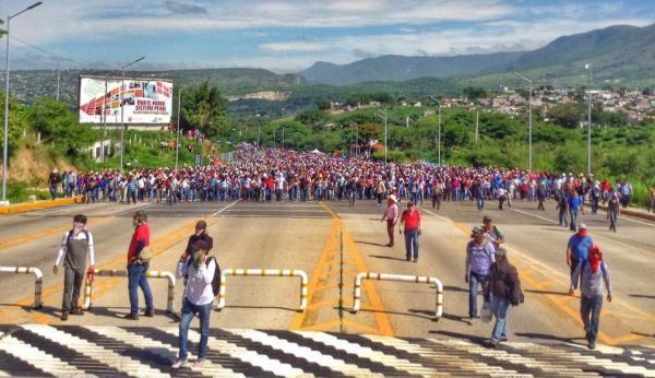 Maestros en la toma de la caseta Tuxtla-San Cristóbal. Policías federales se repliegan.  22 de junio 2016 Foto: Kuxaelan