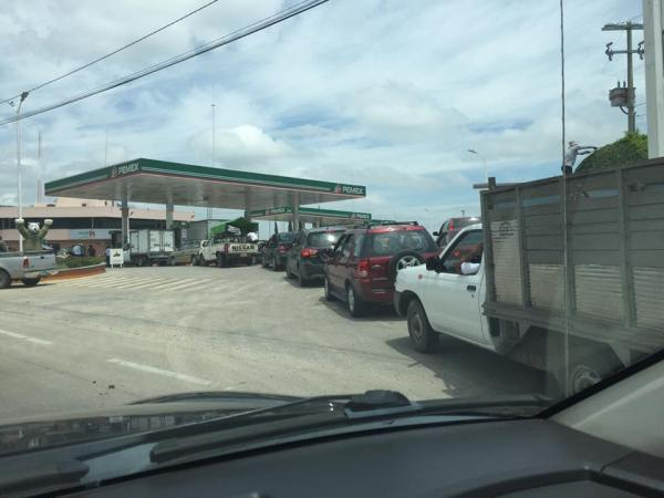 Largas filas de autos por las compras de pánico agotaron la gasolina