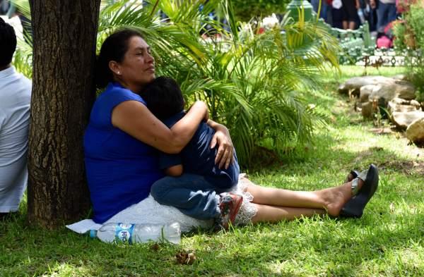 Una profesora y su pequeño hijo aguardan en los jardines del Parque de la Marimba la salida de su convoy a la Cd. De México. Foto: Oscar León.