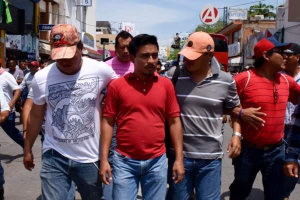 Un infiltrado que aseguró ser empleado del Ayuntamiento del PRI-Verde de la capital de Chiapas fue expulsado de la reunión magisterial del Parque de la Marimba en Tuxtla Gutiérrez. Foto: Oscar León.