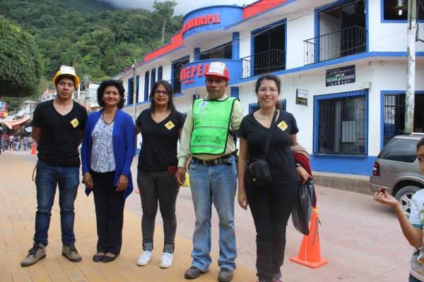 Óscar Pereyra, Dra. Dora Guadalupe Castillejos, Cecilia Mendoza Zea y Júan Jesús Domínguez (Encargado de PC Zona Sierra) y Mitzi Aguilar enfrente de la alcaldía de Siltepec, Chiapas.