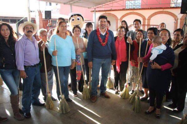 Marco Cancino promocionando entrega de escobas a mujeres de San Cristóbal de las Casas.