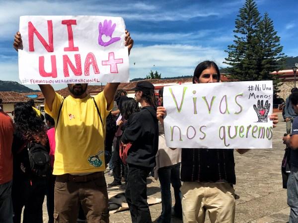 Muchachos que, al margen del evento y respetuosos de la organización, acudieron también a pronunciarse en contra de los feminicidios.