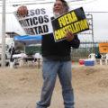 Afuera del debate, un manifestante pide libertad a presos políticos y sacar a la empresa Constellation Brands, en el área de entrada al segundo debate presidencial, en la UABC Tijuana. Autor: Edgar Lima Baja California, 20 de mayo de 2018