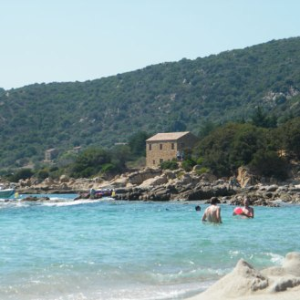 Une maison de pierre au bord de plage