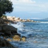 Quelques vagues qui s'échouent sur les rochers de Mare e Sol