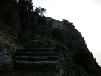 L'escalier qui descend du village aux parcelles.