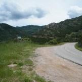 La route serpente le long des flancs de montagnes.